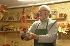 Le père Michel renoue avec une tradition: les jouets en bois.