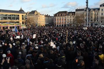 Marche citoyenne à Metz en mémoire des victimes, journalistes et policiers.