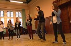 Les élèves de l'option théâtre du Lycée Jean de Pange ont fait des pieds et des mains pour maitriser les percussions corporelles
