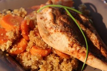 Papillote de poulet, quinoa et carottes