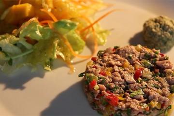 Barlen CHOCALINGUM prépare une salade de thon à la mauricenne