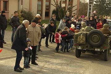 Défilé de véhicules militaires américains dans les rues de Wiesviller et Woelfling