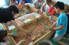 Le Parc archéologique européen de Bliesbruck-Reinheim propose un atelier de fouilles grandeur nature pour initier les familles au métier d'archéologue
