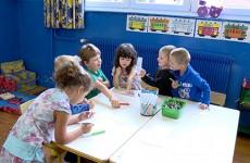 A l'école maternelle d'Ernestviller, les tout-petits font leur toute première rentrée en étant mélangés aux moyens et aux grands dans la classe unique.
