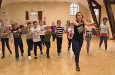 CE2, CM1 et CM2 de l'école de Rémelfing en piste avec des danseurs, dans le cadre du festival LOOSTIK