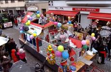 Traditionnelle pluie de bonbons et de confettis lors de la cavalcade de Sarreguemines