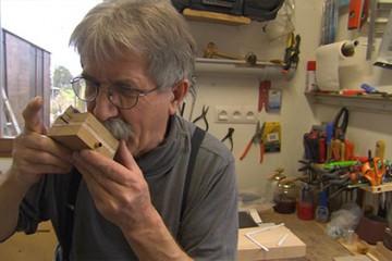 Gros plan Deuxième épisode de la naissance d'un orgue de barbarie avec la fabrication de la boite à soupapes