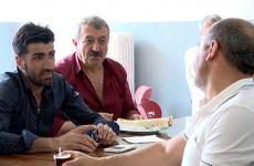 Les membres de l'association franco-kurde engagés contre l'Etat islamique, parlent politique lors de petit-déjeuner