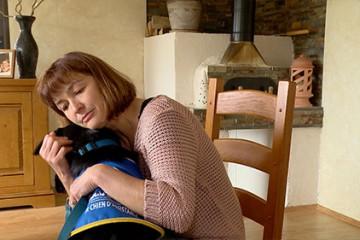 Comme 300 autres en France, la famille Léopoldie accueille des chiots pour leur apprendre à devenir des chiens d'assistance pour personnes handicapées