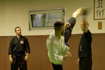 Mickael Lett enseigne un art martial. Avec l'aide de sa femme Elodie, il forme au Kung Fu dans le style Ling Hu Wan, la forme évolutive