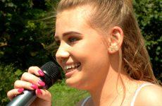 """la jeune chanteuse Adeline Philippe interprète """"La liste de Rose"""""""
