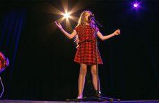 Erza qui nous parle d'elle et nous interprète une superbe chanson.