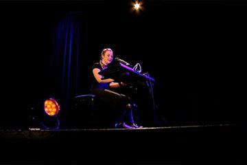 "Emma Volker, jeune chanteuse de 17 ans, nous interprète ""Writting on the Wall"" de Sam Smith."