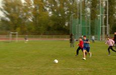 Avec l'USEP, les écoliers jouent au football avec entrain