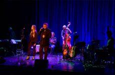 Roland Helm et ses musiciens ont rendu un vibrant hommage au chanteur canadien Léonard Cohen, décédé la semaine dernière.