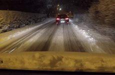 L'utilité des pneus neige et l'action des déneigeuses-saleuses sont remises en avant.
