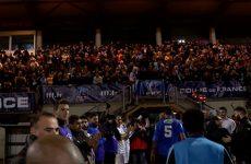 Rencontres avec les joueurs et les supporters avant et après le match.