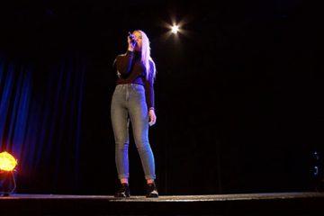 Léa Kany interprète la version française d'une chanson de Sia : « Cheap Thrills » .