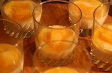 Panna cotta à l'orange avec la crème fraîche de la ferme Will à Zilling.