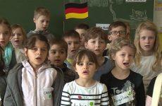 Les écoliers français et allemands chantent d'une seule voix.