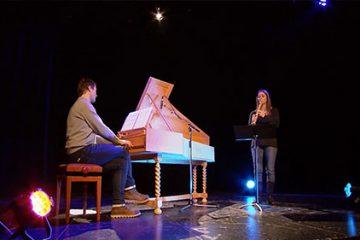 Valérie Mallick joue un extrait de la 5ème suite de Pierre Philodor à la flûte à bec.