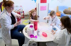 Pâte slime et volcans miniatures, les enfants du centre aéré découvrent la chimie.