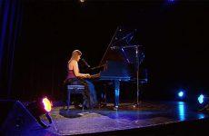 """Roxanne Zimmermann nous fait découvrir une de ses compositions """"In Your Eyes""""."""