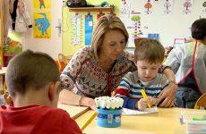 Grâce à Véronique, son AVS, Mathieu peut bénéficier d'une scolarité en milieu ordinaire.