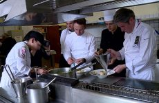 Michel Roth est venu cuisiner avec les apprentis.