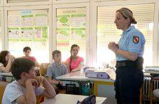 Les gendarmes rappellent aux écoliers l'importance du civisme.