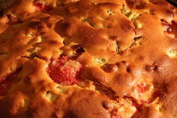 Spéciale rhubarbe: Gâteau fraise rhubarbe et miel.