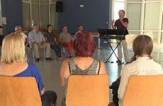 Le chanteur lyrique Marc Haffner est venu donner des conseils aux choristes de Vocal'Avenue.