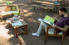 Pour l'été, des livres et des activités sont proposés hors des murs.