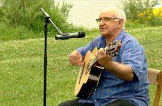 François Palermo nous fait une démonstration de ses talents de guitariste.