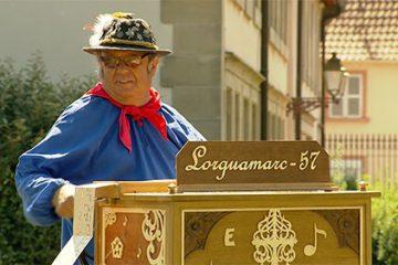 """• Marc Peiffer interprète """"Perle de cristal"""" avec son orgue de barbarie."""