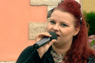 "• Amandine Dechaine chante ""Requiem"" d'Alma."