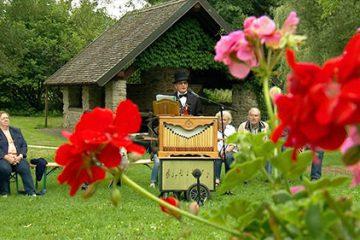 """• Alfred Rohr chante """"La cascade"""" en s'accompagnant de son orgue de barbarie."""