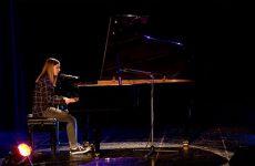 """Lisa Dann interprète, en piano-voix, """"La Bohème"""" de Charles Aznavour."""