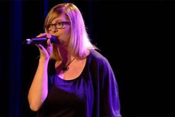 "Laure Helmestetter interprète ""Saving of my love for you"" de Whitney Houston."