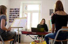 Marina d'Amico apporte son expérience de la scène à ses jeunes élèves.