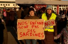 Les parents d'élèves, soutenus par des élus, bloquent l'entrée du groupe scolaire Robert Schuman à Sarralbe