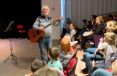 René Églès vient en-chanter les enfants.