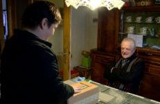 Des personnes âgées dépendantes peuvent se faire livrer un repas chaud à domicile.