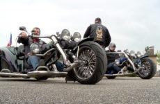 les motard se rassemblent en faveur de l'handicap.
