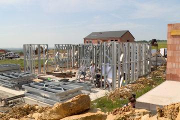 À Folkling, construction de la première maison avec une structure métallique.