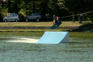 Vous pouvez faire du ski nautique à l'étang Saint Vit