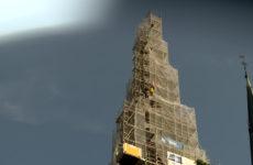 Sur le chantier de l'église de Sarralbe, les ouvriers travaillent à 70 mètres de haut !